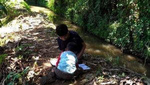 Miris, Murid SD Ini Terpaksa Belajar Daring di Pinggir Selokan