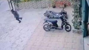 Terekam CCTV, Emak Gendong Bayinya Curi Motor saat Puasa