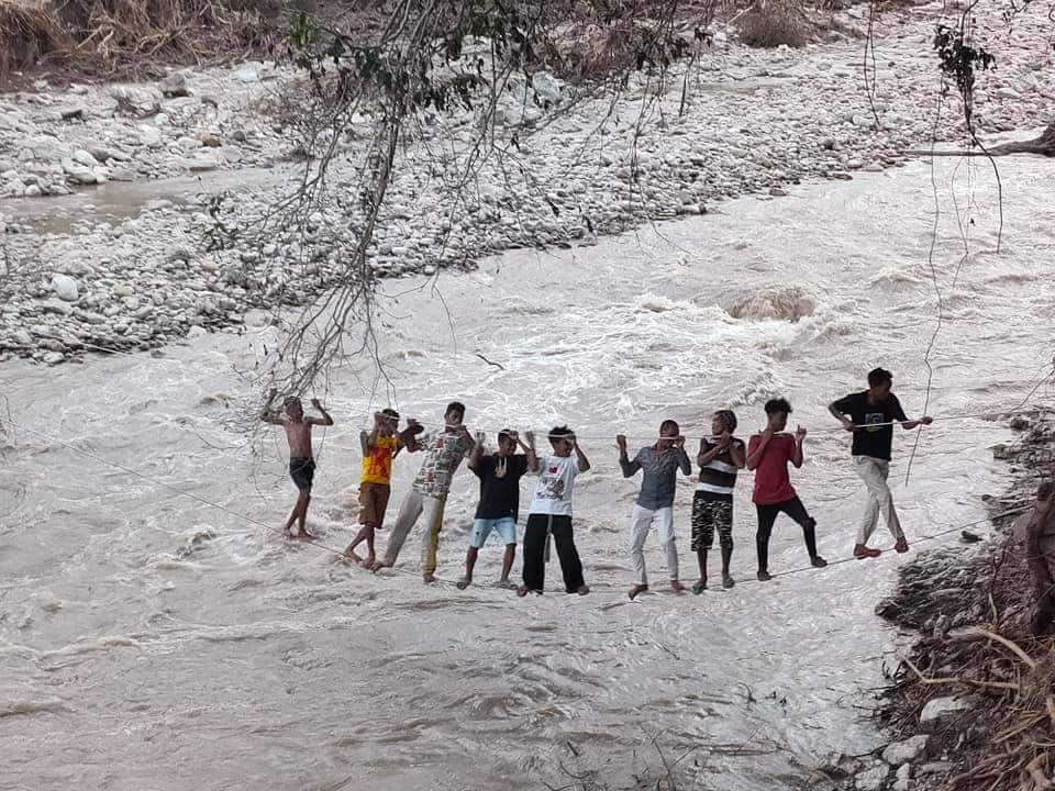 Jembatan Putus Diterjang Banjir, Warga Malaka Seberangi Sungai Pakai Kabel Listrik Bekas
