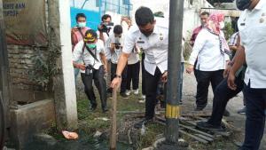 Dikeluhkan Warga, Bobby Cek Drainase di Jalan Sunggal