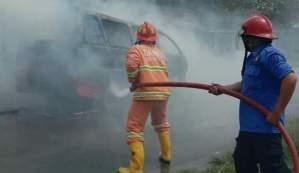 Mobil Milik ASN Terbakar di Simpang Markas 121/MK Deliserdang