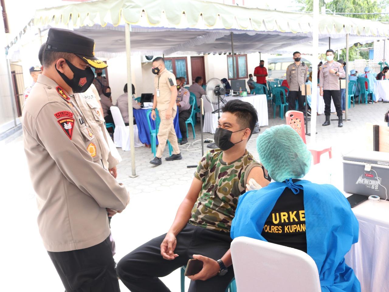 Kapolda NTT Irjen Pol Drs Lotharia Latif SH MHum mengapresiasi pelaksanaan vaksinasi serentak di 3 Polres selama dua hari, Senin (6/9/2021) dan Selasa