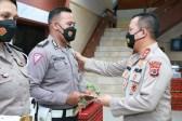 Kapolda NTT Irjen Pol Drs Lotharia Latif SH MHum memberikan penghargaan kepada enam orang anggota Ditlantas Polda NTT yang dinilai berprestasi