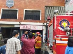 Kebakaran Tiga Unit Ruko Bakmie di Medan, Petugas Buka Paksa Pintu Ruko