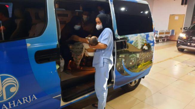 Malam-malam, Bobby Bawa Bayi Penderita Atresia Bilier ke RS Adam Malik