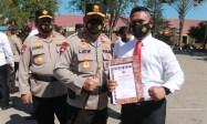 Kasat Reskrim Polres Kupang, AKP Nofi Posu, SH SIK saat menerima penghargaan dari Kapolda NTT karena mengungkap kasus pemerkosaan dan pembunuhan yang sempat viral beberapa waktu lalu
