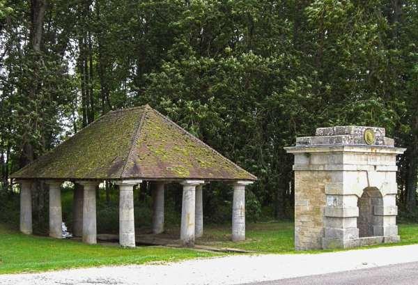 le lavoir de Fontaine-Française et son monument érigé en l'honneur d'henri IV et la bataille qui porte le nom du village (1595) © PPSV
