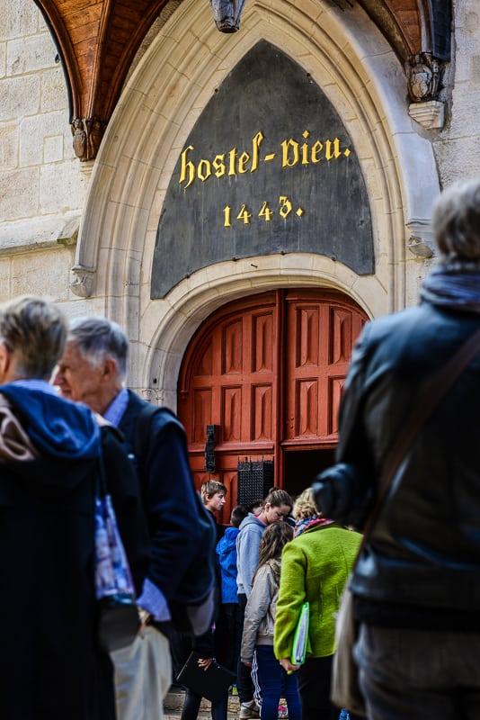 L'entrée des Hospices civils de Beaune, avec l'inscription dorée rappelant la naissance de l'Hôtel-Dieu en août 1443. © Clément Bonvalot