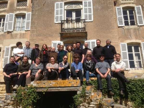 Les stagiaires et Michel Vinaver devant la maison Copeau