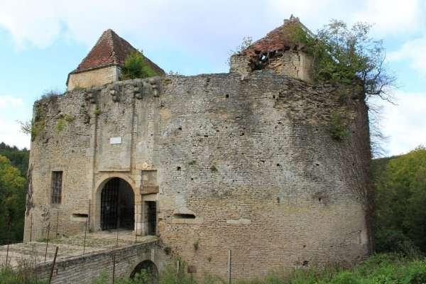 asnieres-en-montagne_-_chateau_de_rochefort_01-1024x683