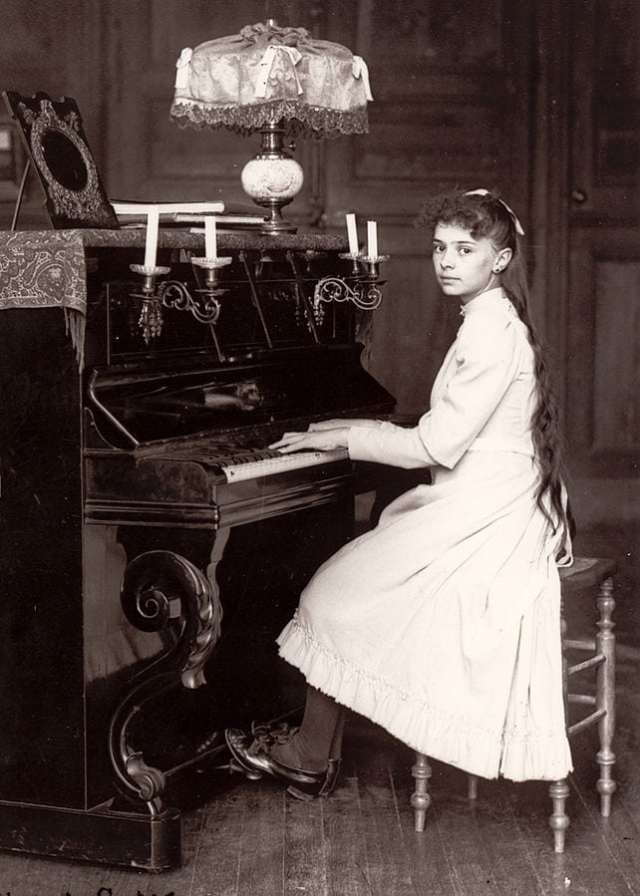 Elisabeth_de_la_Trinité_jouant_du_piano