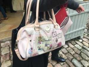 On a retrouvé le sac à main de Julie Depardieu