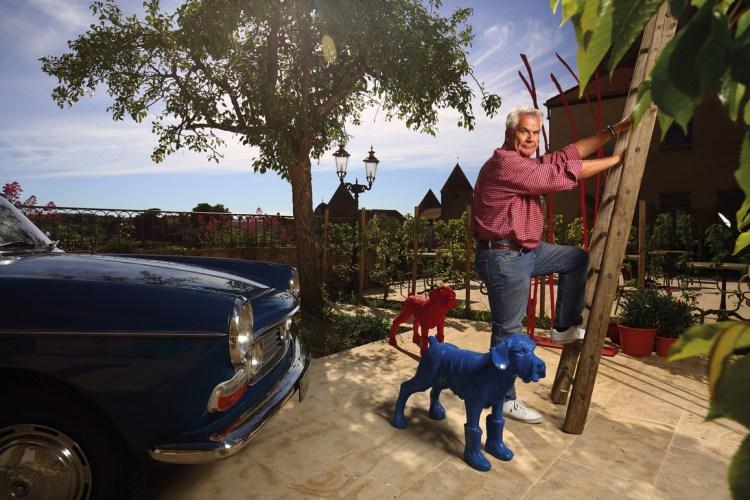 Amateur de voitures anciennes et d'art contemporain, le producteur de cinéma (Mortelle Randonnée, La Vie est un long fleuve tranquille…) pose sur la terrasse de sa nouvelle demeure semuroise qui domine la vallée de l'Armançon et les remparts de la cité médiévale.