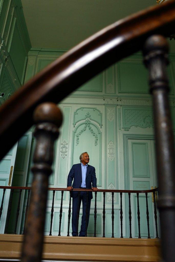 François Rebsamen dans l'escalier menant à son bureau de l'ancien palais des Ducs, cœur historique de la cité dijonnaise. Se projeter dans l'avenir n'empêche pas un réel attachement au patrimoine…