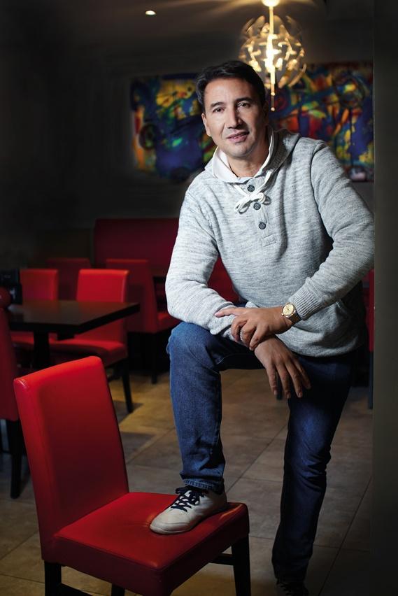 Marc Elasery dans la salle de la brasserie La Lib, dont il a vendu le fonds de commerce fin septembre 2017. Plongeur, cordonnier, restaurateur... l'entrepreneur a eu plusieurs vies en une. Ce Marocain d'origine prend plaisir à le déclamer : « Mon pays, c'est la France, et ma ville, c'est Dijon !»