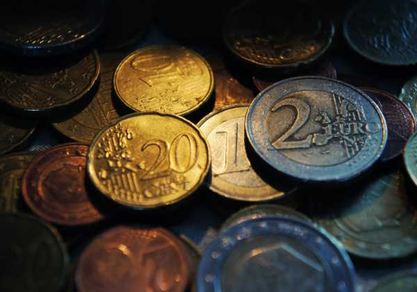 Ψαλίδι σε μισθούς των 617 ευρώ και συντάξεις των 720 ευρώ - αναλυτικοί πίνακες