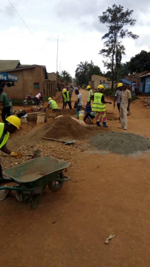 Travailleurs routiers dans un village
