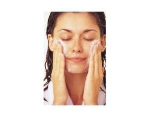 Donna che usa detergente lenitivo Herbalife
