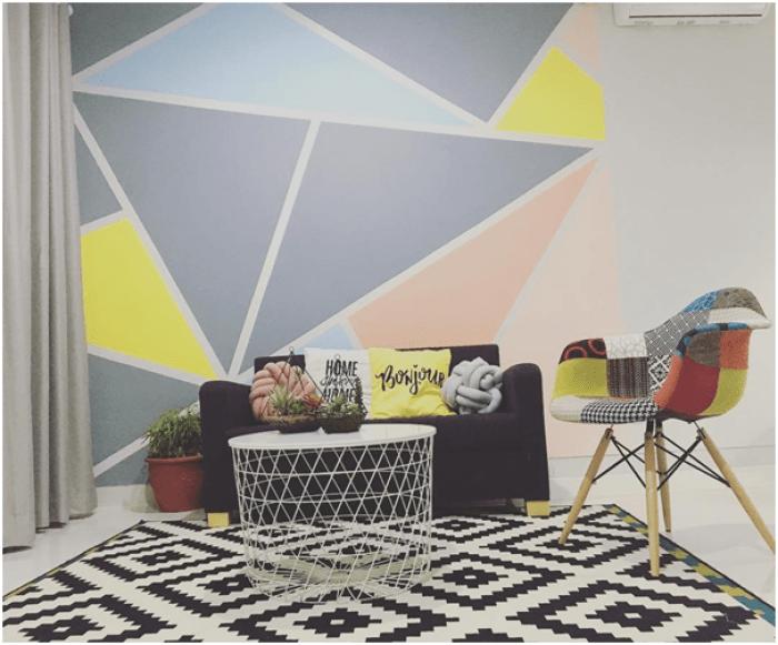 Gunakan mural berbentuk segitiga dengan warna-warna pastel untuk meramaikan ruang tamu minimalismu