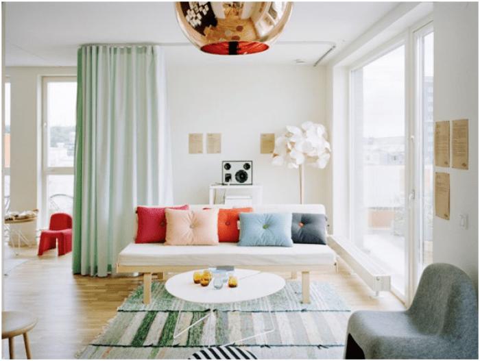 Hadirkan ruang tamu yang elegan sekaligus penuh warna, kamu tinggal padukan perabotan soft color dengan beberapa furnitur gold saja.