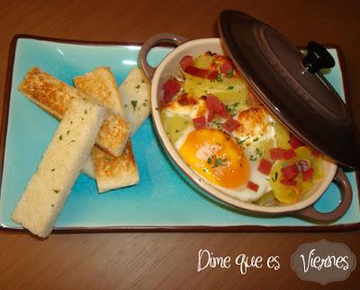 Cocotte de huevos con patatas y virutas de jamón