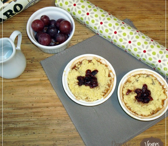 Crumble de higos y uvas con frutos rojos.
