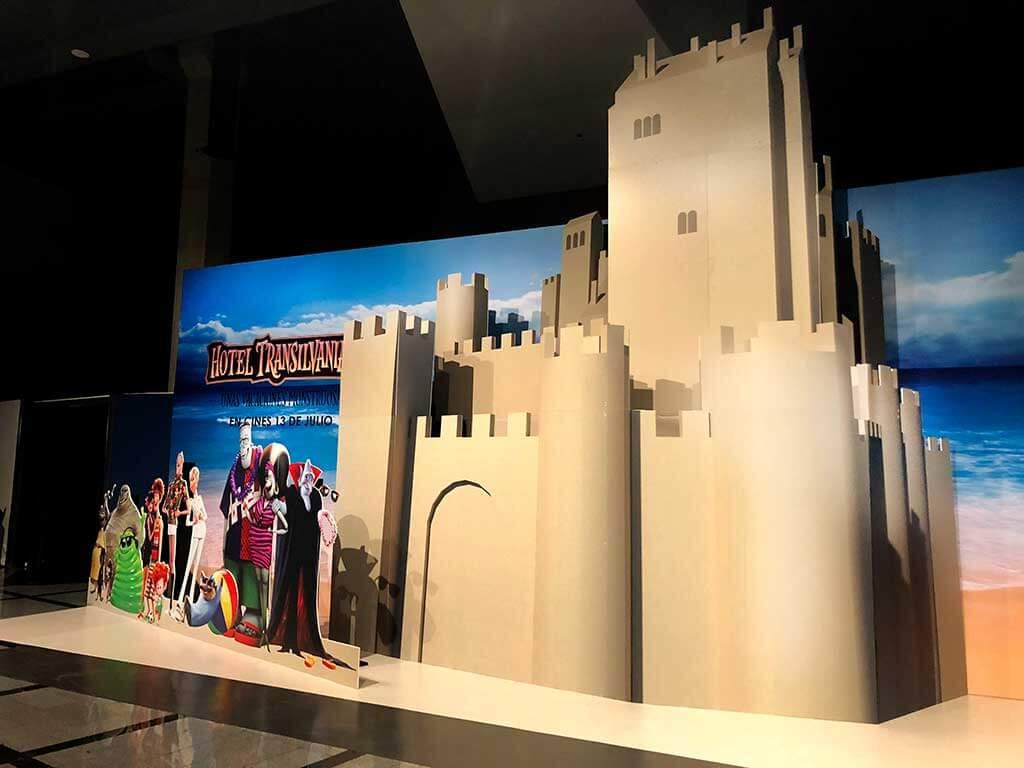 Fotocall castillo de arena y personajes Transilvania 3