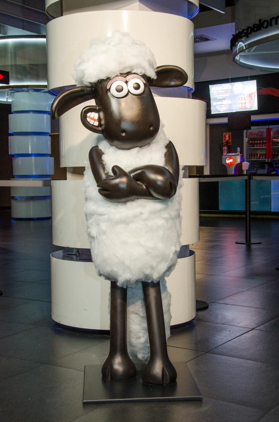 Escultura de porexpan de la oveja shaun de frente