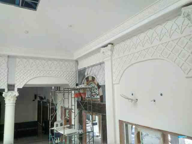 pemasangan relief dinding masjid surabaya