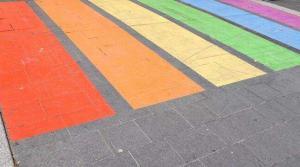 Besançon : une croix gammée taguée sur un passage piéton aux couleurs LGBT, la maire porte plainte