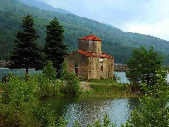 Το εκκλησάκι του Αγίου Φανουρίου στη λίμνη Δόξα, Κορινθία.