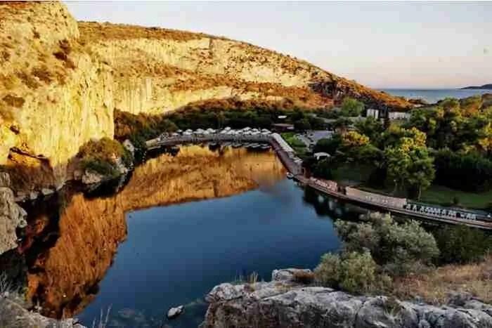 Το σπήλαιο που έχει καταπιεί 8 δύτες στη λίμνη Βουλιαγμένης με τη μεγαλύτερη φυσική υπόγεια σήραγγα στον κόσμο!