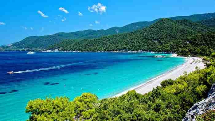 Σκόπελος: Εκεί που το πράσινο σμίγει με το γαλάζιο