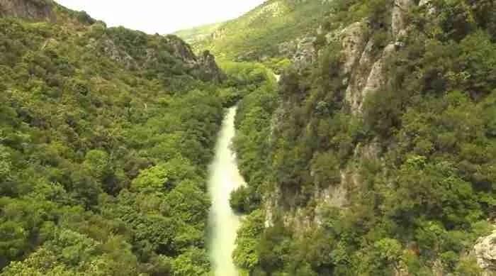 Δείτε από ψηλά τον μυθικό ποταμό Αχέροντα απ' όπου περνούσαν οι ψυχές για να κατέβουν στον Άδη.