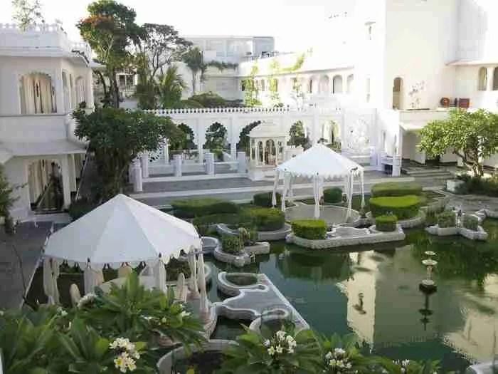 όλα δείχνουν φυσιολογικά... ένα πολυτελές ξενοδοχείο με άπλετο χώρο γύρω γύρω.