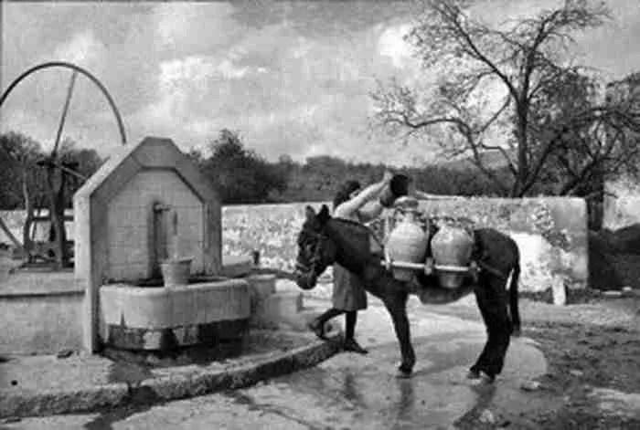 Όταν το νερό έμπαινε στα σπίτια με τις στάμνες.. 35 εξαιρετικά σπάνιες φωτογραφίες