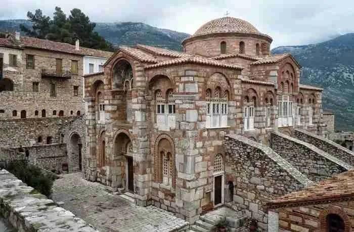 Αποτέλεσμα εικόνας για Η Αγία Σοφία της στερεάς Ελλάδος! Το μοναστήρι που θεωρείται το σπουδαιότερο βυζαντινό μνημείο της Ελλάδας του 11ου αιώνα