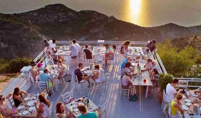 Το μοναδικό εστιατόριο της Ελλάδας όπου μπορείς να φας.. πάνω από τα σύννεφα!