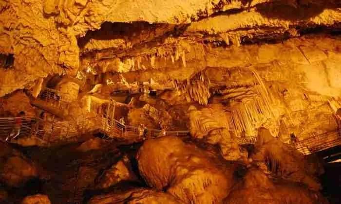 """Το """"Νησί της αιώνιας Κυριακής"""": Το Κυκλαδονήσι των 1200 κατοίκων με ένα από τα αρχαιότερα σπήλαια του κόσμου!"""