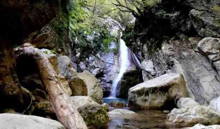 Μαύρη Σπηλιά: Ένα από τα ωραιότερα μέρη της Ελλάδας βρίσκεται καλά κρυμμένο στην Ευρυτανία