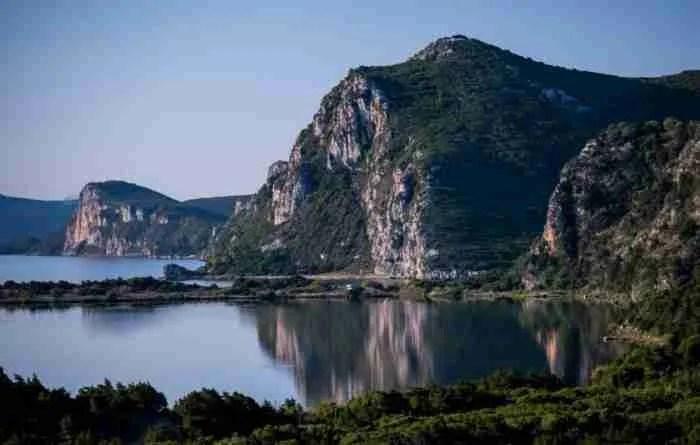 Ένα από τα μεγαλύτερα και ασφαλέστερα φυσικά λιμάνια του κόσμου βρίσκεται στην Πελοπόννησο