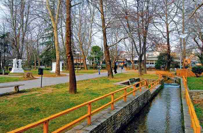 Η πιο πράσινη πόλη της Ελλάδας. Ένας παράδεισος με βραβευμένο Πάρκο, άφθονα τρεχούμενα νερά και σπάνια δέντρα