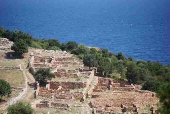 Αρχαία Ραμνούντα: Ο επίγειος παράδεισος λίγο έξω από την Αθήνα που «γέννησε» τον μύθο της Ωραίας Ελένης