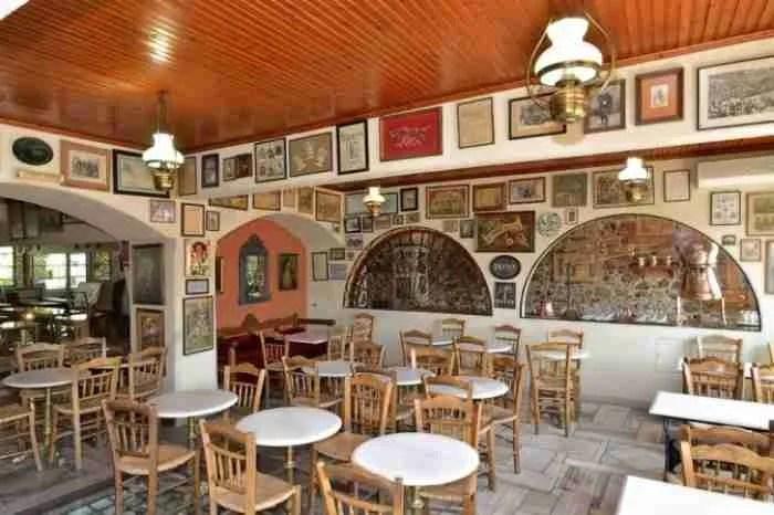 Το ιστορικότερο καφενείο της Αθήνας που ύμνησε ο Ξυλούρης και λάτρεψε ο Χανς Κρίστιαν Άντερσεν