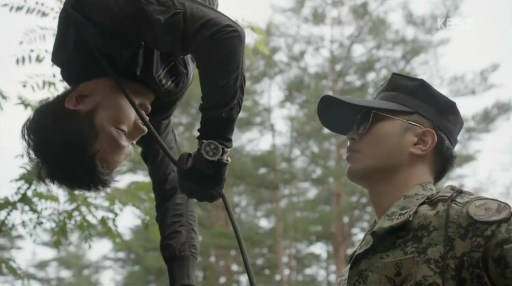 Jin Goo et Song Joong-Ki dans Descendant of the Sun