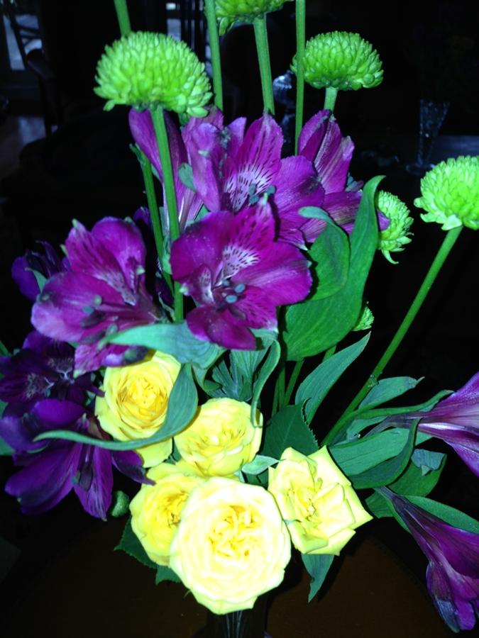Festive floral arrangement Throw a party Laissez Les Bon Temps Rouler www.diningwithmimi.com