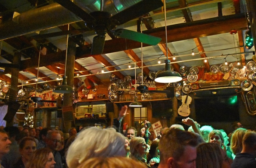 Crowd at AJ's jamming Mimis Tips to Navigate 30aSongwriters Festival 2020 www.diningwithmimi.com