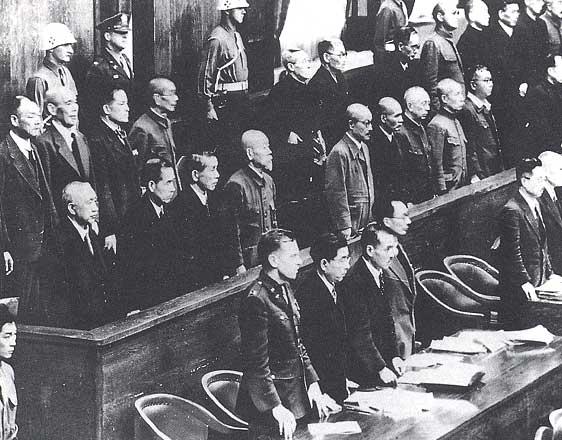 Le procès de Tokyo, institué par MacArthur, pour juger les crimes commis en Asie. Sept condamnations à mort par pendaison ont été prononcées en 1948 dont celle de Hirota, accusé plus particulièrement des atrocités perpétrées en Chine . Library of Congress