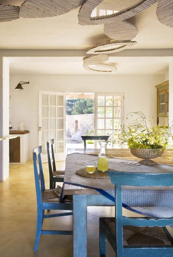 salón ibicenco blanco y azul en formentera