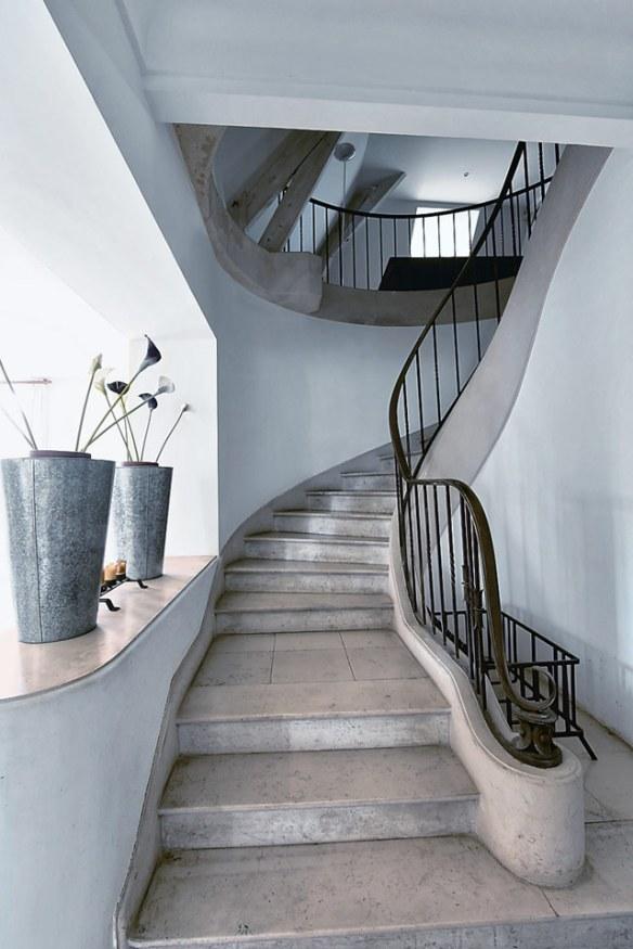 decoración escalera elegante estilo clásico y moderno
